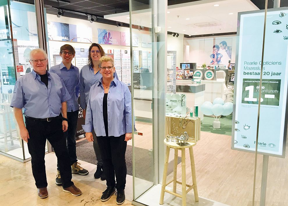 Foto  Pearl OpticiensHet team van de jubilerende Pearl-vestiging in  Koningshoek. 639de4682a65